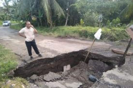 Jalan Utama Padang Cermin Ambruk